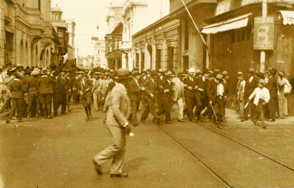 Universitarios frente a la casa del presidente Leguía